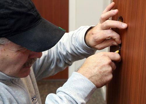 Montering av dörrlaminat i mahogny